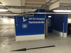 blaues Treppenhaus (24h-Ein-/Ausgang Hammerstraße) mit Aufzug